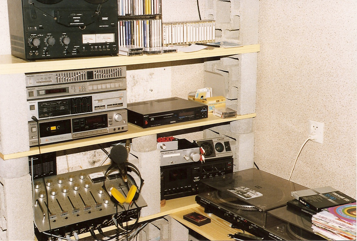 history of fm radio From what has gone before, it is clear that the radio industry is complex no one  is  unlike fm radio, its technical characteristics seem to call for very expensive .